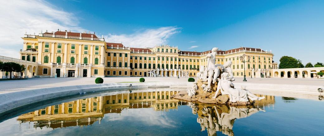 Historische_Stadtrundfahrt_Wien_-_Schloss_Schoenbrunn_mit_Brunnen__c__Vienna_Sightseeing_Tours_-_Bernhard_Luck