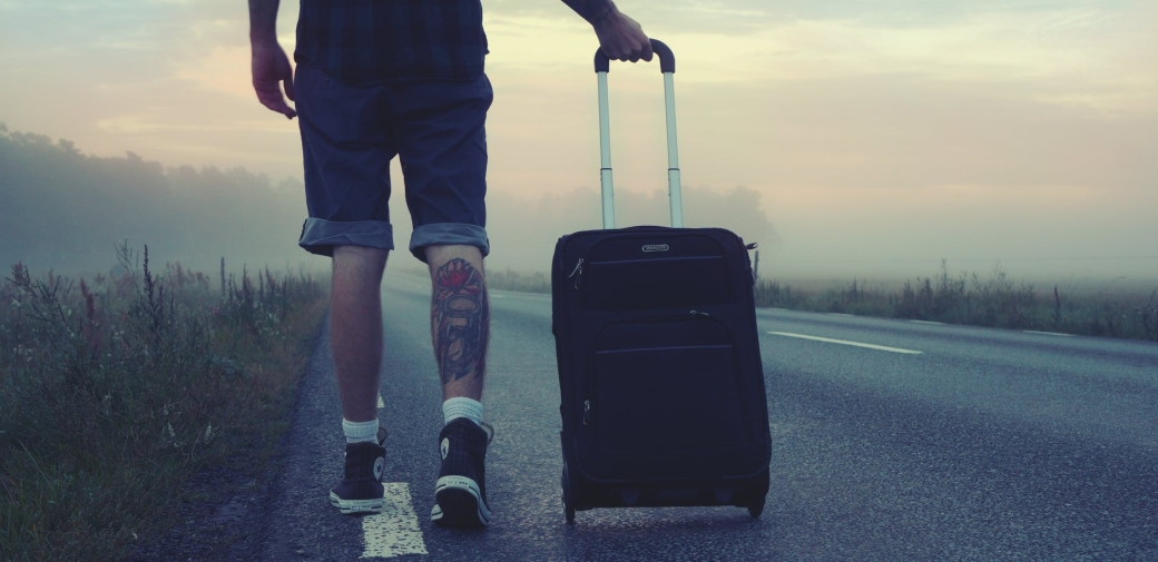 adulte auto stop aventure bagage